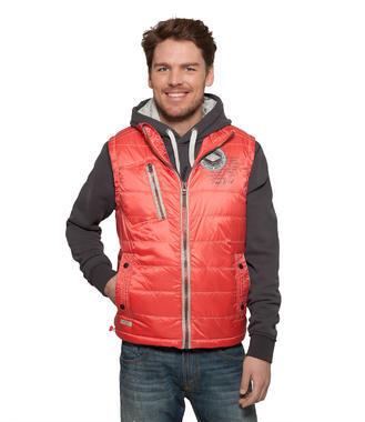 Červená polstrovaná vesta