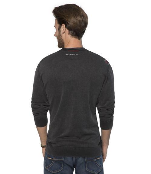 černý svetr s véčkovým výstřihem|M - 2