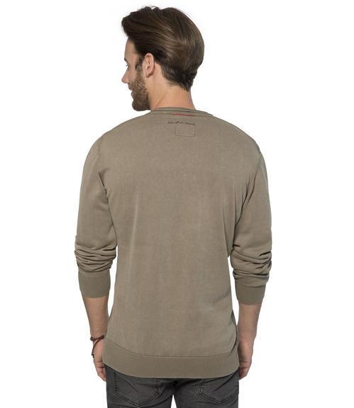hnědý svetr s véčkovým výstřihem|L - 2