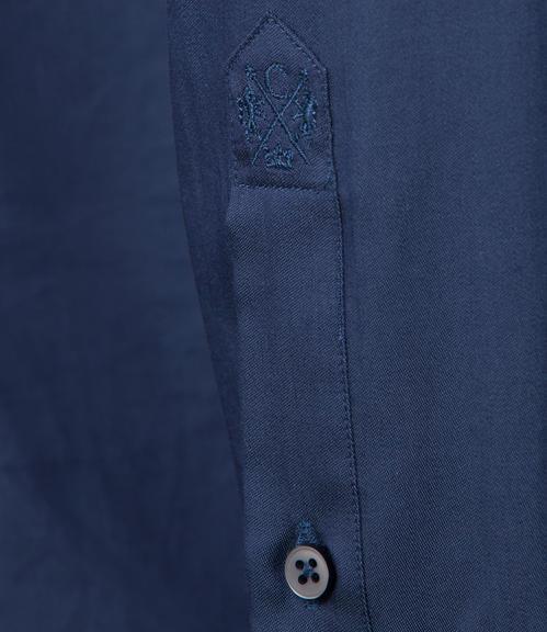Tmavě modrá košile s kontrastní vnitřní stranou límce|43 - 4