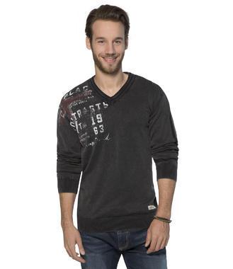 černý svetr s véčkovým výstřihem