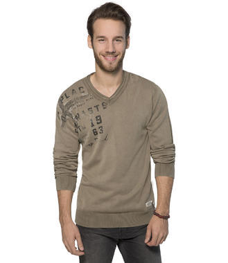 hnědý svetr s véčkovým výstřihem