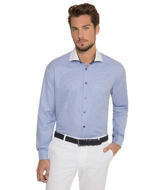 Modrá košile s dlouhým rukávem a bílým límcem