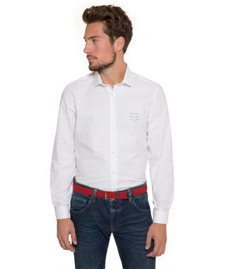 Bílá košile s pruhy na zádech